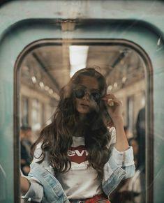 Insp rate para tu pr xima sesi n de fotos Gold Girl s Diary Street Photography, Portrait Photography, Fashion Photography, Photography Ideas, Indoor Photography, Photography Music, Photography Flowers, Amazing Photography, Kreative Portraits