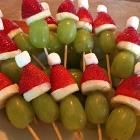 Fruit Appetizers Christmas Grinch Kabobs 70 New Ideas Christmas Party Food, Xmas Food, Christmas Goodies, Christmas Baking, Christmas Treats, Holiday Treats, Christmas Fun, Holiday Recipes, Christmas Decorations