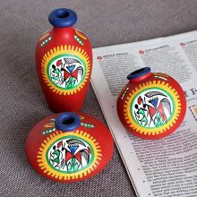 Maati Designs Red Earthen Miniature Pots Set of Three Pieces,Décor Worli Painting, Painting Glass Jars, Bottle Painting, Ceramic Painting, Bottle Art, Bottle Crafts, Glass Bottle, Pottery Painting Designs, Pottery Designs