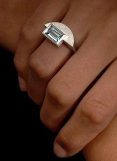 Ring aus Weißgold besetzt mit einem Aquamarin (oder wahlweise Topas) im Baguetteschliff. Aquamarin Ring Lagune - Steinbach Goldschmiede - Handschmuck