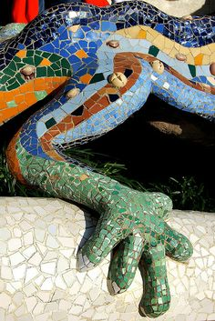 Parque Güell La escalinata, Calle Olot, Monte del Carmel, Barcelona by Spanish architect Antoni Gaudí 1900-1914 (opened to public 1922) • protected by UNESCO since 1984 (photo by Javier via flickr 3371508052)