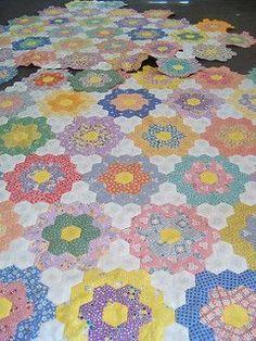 Resultado de imagen de Grandmother's flower quilt with yo yo center