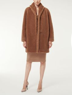 Max Mara ARMENIA beige/kamel: Mantel aus Kamelhaar und Seide. Find your outfit on the Official Max Mara Website and discover all that is new in ready-to-wear.