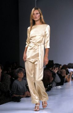 victor alfaro spring summer 1995 new york - kate moss Moss Fashion, Catwalk Fashion, High Fashion, Fashion Show, Kate Moss Style, Androgynous Fashion, Business Fashion, Business Women, Runway Models
