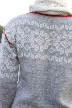 Ravelry: Hjemmets kofte pattern by Lene Holme Samsøe og Liv Sandvik Jakobsen Knitting Stitches, Hand Knitting, Knitting Patterns, Hand Knitted Sweaters, Knitting Sweaters, Norwegian Knitting, Fair Isle Pattern, Nordic Style, Crochet Projects