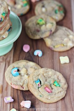 Lucky Charms Cookies - magically delicious, especially hot from the oven. You will not be able to eat just one! Yummy Treats, Sweet Treats, Yummy Food, No Bake Desserts, Dessert Recipes, Lucky Charms Marshmallows, Pudding Cookies, Vanilla Pudding Mix, Star Food