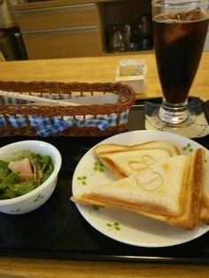 今日のお昼ごはんはホットサンドピザ風とアイスコーヒーいただいています。