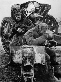 Немецкие артиллеристы обедают