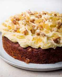 Get spicy with Nigella Lawson's ginger and walnut carrot cake! It's perfect for those who prefer a cake that is less sweet but still packed with flavour. Springform Cake Tin, Granola, Gateaux Cake, Cake Tins, Savoury Cake, Cheesecakes, Clean Eating Snacks, Chefs, Eat Cake