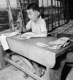 This 1946 photo shows a child scarred during the atomic bomb attack on Hiroshima, Japan. Nagasaki, Hiroshima Japan, Atomic Bomb Hiroshima, Physics Projects, Hiroshima Bombing, Enola Gay, Manhattan Project, Prisoners Of War, Armadillo