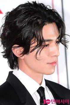 Lee Dong Wook Ignites Netizen Frenzy with Modern Renaissance Gentleman Hair Style Lee Dong Wook Goblin, Lee Dong Wook Wallpaper, Lee Dong Wok, Medium Hair Styles, Short Hair Styles, Handsome Asian Men, Boys Long Hairstyles, Le Male, K Pop