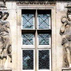 Paris, musée Carnavalet - les 4 saisons de Jean Goujon. - 12) HISTOIRE DE L'HÔTEL CARNAVALET: .. sont occupés par des parterres à la française. Plusieurs sculptures sont installées dans les jardins et les cours de Carnavalet. Elles proviennent de monuments parisiens.  La cour de la Victoire doit son nom à la statue en plomb que Simon Boizot (1743-1809) réalisa en 1807 pour la fontaine du Châtelet. Elle représente une Victoire ailée dont les bras levés tiennent des couronnes de laurier de…