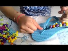 How to decorate sandals Flip Flops Diy, Flip Flop Craft, Crochet Flip Flops, Crochet Sandals, Crochet Shoes, Crochet Slippers, Ruffle Yarn, Shoe Makeover, Decorating Flip Flops
