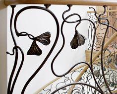 www.trabczynski.com  ST470 Policzkowe schody gięte wykonane z dębu. Ręcznie kute stalowe balustrady z pochwytami drewnianymi. Realizacja wykonana w domu prywatnym , projekt – TRĄBCZYŃSKI / ST470 Curved stringer stair made of oak. Hand-wrought steel balustrades with wooden handrails. Private residential project, designed by TRABCZYNSKI
