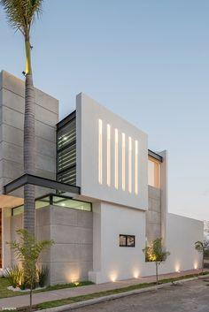 Casa Kenia / Espacio Emergente - ArquitectosMX.com Minimal House Design, Best Modern House Design, Modern Exterior House Designs, Bungalow House Design, Exterior Design, Minimalist Architecture, Modern Architecture House, Facade Architecture, House Outside Design