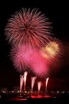 We can enjoy summer in japan with many many festivals like fireworks! Best Fireworks, Fireworks Art, Wedding Fireworks, 4th Of July Fireworks, Fireworks Festival, Fireworks Photography, Photography Photos, Fogo Gif, Firework Nail Art