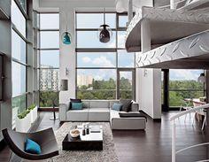 Dieses Loft bietet neben coolem Design und jeder Menge Platz zur freien Entfaltung auch einen grandiosen Ausblick über die Dächer von Warschau.