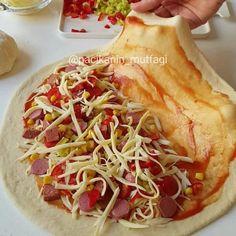 Hayırlı geceler ❣ İtalyan pidesi calzone 🤓 Kapalı pizza da diyebiliriz 🙂 Pizza severler bir de böyle deneyin çok güzel oluyor 😍 İncecik hamuru bol malzemesiyle lezzet fışkırıyor 😋 Bu hamurun tarifi çok güzel 🙂 Bu şekilde 4 adet pizza çıkar yarım ölçü de yapabilirsiniz ❣ Calzone  Hamuru için; 100 gr eritilmiş tereyağı 1 su bardağı ılık su 1 su bardağı ılık süt 1 paket kuru maya 1 yemek kaşığı şeker 1 adet yumurta 1 tatlı kaşığı tuz 5 su bardağı kadar un  Dilediğiniz sevdiğiniz…