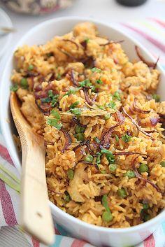 Aromatic Chicken Pilaf - add some spinach, green beans, squeeze of lemon, toasted slivered almonds Indian Food Recipes, Vegetarian Recipes, Cooking Recipes, Healthy Recipes, Dinner Entrees, Dinner Recipes, Bangladeshi Food, Breakfast Lunch Dinner, Biryani