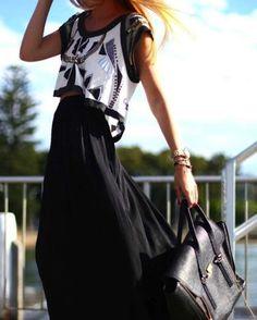 Cómo combinar las faldas largas en primavera: Fotos de los modelos - Falda larga negra con camiseta