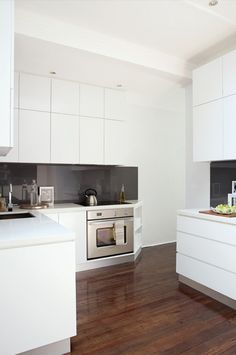White kitchen drawers and grey splashback but I want a black work top and black floor White Kitchen Cupboards, White Marble Kitchen, White Kitchen Island, Kitchen Cabinet Colors, Kitchen Drawers, Kitchen Colors, Kitchen Design, Kitchen Ideas, White Appliances