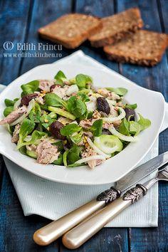 Salata cu sardine si masline, o salata lejera cu valeriana, castravete, ceapa, masline si sardine