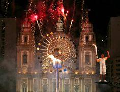 """Cerimônia de abertura da Olimpíada - 5/8/2016 A chama olímpica se apagou duas vezes antes do acendimento da """"pira do povo"""", localizada na Candelária, na zona portuária do Rioimagem: MARCOS BRINDICCI/REUTERS"""