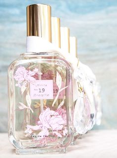 Lollia Breathe Eau De Parfum Peony & White Lily with fresh top notes of Grapefruit and Orange. A floral fresh air impression with leafy green notes.