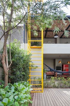 The garden of the outdoor area extends to the staircase, completing the span below it