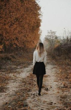 Fall photography, walking along a fall path, autumn leaves, autumn – girl photoshoot poses Leaf Photography, Autumn Photography, Tumblr Photography, Creative Photography, Autumn Aesthetic Photography, Shotting Photo, Autumn Instagram, Photo Portrait, Autumn Cozy