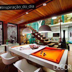 Neste ambiente, com temática jovial, o revestimento em madeira transmite aconchego e calor. A moderna e versátil mesa em destaque na composição inspira por sua versatilidade e sua cor viva.