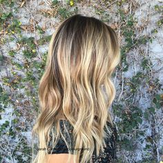 Transitioning into fall #haircolor by #sarahconner #oncolourground @mechesalonla #mechesalon #haircut/ #style by @jasminsmaneattraction #rootyblonde #highlights #balayage #dimensionalcolor #naturallookinghaircolor #sunkissed #fallhair (at Meche Salon...