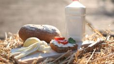 Středočeští farmáři se spojili a vytvořili e-shop s čerstvými výrobky. Lidem vozí maso i pivo Dairy, Cheese, Table Decorations, Food, Essen, Meals, Yemek, Dinner Table Decorations, Eten