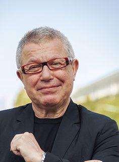 Daniel Libeskind wurde 1946 in in Łódź (Polen) geboren. 1957 wanderte er mit seinen Eltern, beide Überlebende des Holocaust, nach Israel und 1960 weiter in die USA aus. Libeskind nahm die amerikanische Staatsbürgerschaft an und studierte als junger Mann zunächst Musik, bis er sich der Architektur zuwandte. Er unterrichtet heute an zahlreichen Universitäten, seine Entwürfe sind vielfach prämiert. http://ziegert-immobilien.de/de/wohnen-in-berlin/DanielLibeskind/