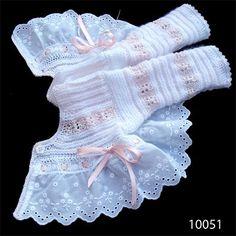 m a z m e l a: Chaquetita con bordado en blanco y rosa. Lana y perlé.