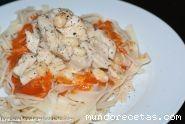 Pasta con pollo en salsa de almendras