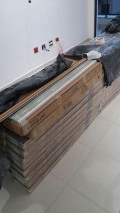 Instalação do chão durafloor Carvalho Lugano com rodapé de 10cm branco.