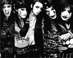 From right to left it goes Jake, Ash, Andy, CC, and Jinxx.