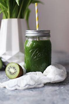 Wenn Spinat, Gurke, Kiwi und Apfel auf Banane und Mango treffen: Mein liebster Green Smoothie.