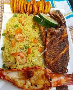 Fried rice, vegetables, fried fish, fried plantain and shrimp. Haitian Food Recipes, Seafood Recipes, Cooking Recipes, Jamaican Dishes, Jamaican Recipes, Gambian Food, Nigerian Fried Rice, Nigeria Food, West African Food