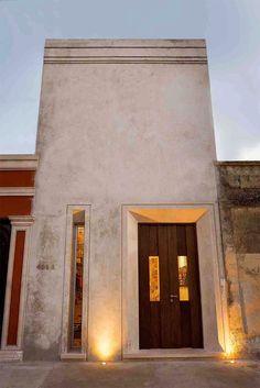 A H.Ponce Arquitectos é a responsável pelo projeto desta casa com um terreno de dimensões muito particulares (5 x 40 m). A residência não é apenas linda de