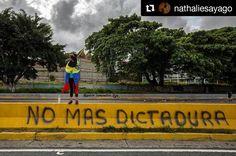 Foto de @nathaliesayago Tanta gente en las calles tantos días de protesta se resumen en un solo deseo #ccs #caracas #caracascamina  No más dictadura  #Venezuela #protest #Caracas #photojournalism #photo #streetphotography #nathaliesayago