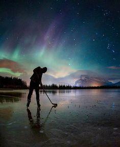 Playing pond hockey under the northern lights Travel Alberta 😱 📷 Paul Zizka Canada 🚀 Hockey Girls, Hockey Mom, Hockey Stuff, Funny Hockey, Kings Hockey, Hockey Coach, Bruins Hockey, Hockey Goalie, Winter Fun