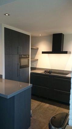 Maatwerk keuken in eiken fineer met antrecietgrijze beits. Ontwerp ( ism klant) en realisatie www.meubelenmaatwerk.nl Www.steigerhoutenzo.nl