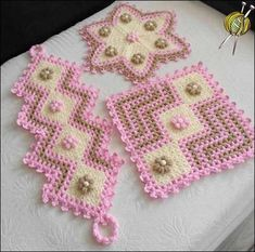 Set aside a weekend for these easy crafts to make and sell. These are the projects you need, if you want to start selling! Crochet Purses, Crochet Doilies, Crochet Flowers, Crochet Stitches, Crafts To Make And Sell, Diy And Crafts, Knitting Patterns, Crochet Patterns, Crochet Table Runner