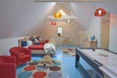 Kinderzimmer für Geschwister-einrichten Satteldach Teppich Beleuchtung