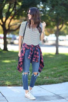 Blusa listrada, camisa xadrez, calça jeans rasgada no joelho, tênis branco