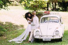Casamento ao ar livre: sessão de fotos dos noivos ao lado do fusca.  ( Foto: Mateus Montoni)