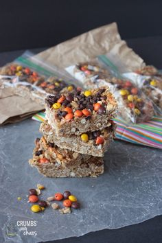 {No Bake} Peanut Butter Pretzel Granola Bars | Crumbs and Chaos #snacks #kidfriendly #granolabars  www.crumbsandchaos.net