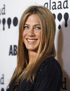 Jennifer Aniston🌷 Jennifer Aniston Style, Nancy Dow, Jeniffer Aniston, John Aniston, Elegant Cocktail Dress, Honey Blonde Hair, Rod Stewart, Hollywood, Beauty Hacks